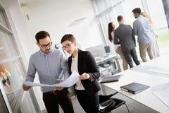 Equipo y encargado del negocio corporativo en una reunión imagen de archivo
