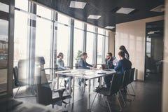 Equipo y encargado del negocio en una reunión