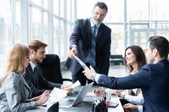 Equipo y encargado en una reunión, cierre del negocio corporativo para arriba foto de archivo libre de regalías