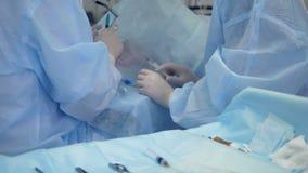 Equipo y herramientas cerca de la choza de los pacientes durante una cirugía microscópica del ojo metrajes