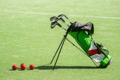 Equipo y la bolsa de golf de golf en hierba verde fotografía de archivo