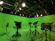 Equipo y luces específicos del estudio de la TV en la rejilla imagenes de archivo