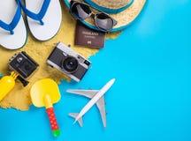 Equipo y moda del viaje de las vacaciones de la playa del verano en azul Fotografía de archivo libre de regalías