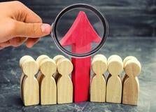 Equipo y rojo del negocio encima de la flecha entre los empleados El concepto de un inicio Crecimiento acertado del negocio Calif foto de archivo