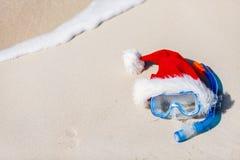 Equipo y sombrero de Papá Noel que bucean Imagen de archivo libre de regalías