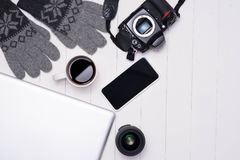 Equipos casuales del invierno del ` s de los hombres con la cámara, taza de café, ordenador portátil, sma Fotografía de archivo