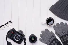 Equipos casuales del invierno del ` s de los hombres con la cámara, la taza de café y la lente Imagenes de archivo
