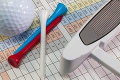 Equipos de golf que mienten en una tarjeta de la cuenta del golf Imágenes de archivo libres de regalías