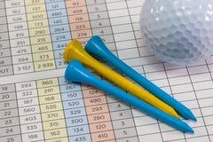 Equipos de golf que mienten en una tarjeta de la cuenta del golf Foto de archivo