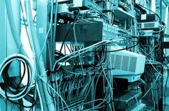 Equipos de Internet en sitio del servidor del datacenter exhibición en los interruptores y los servidores Foto de archivo