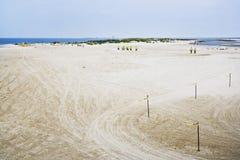 Equipos de limpieza y plataformas petroleras, costa del golfo Imagenes de archivo
