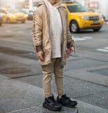 Equipos de moda para el muchacho del niño con la chaqueta, la sudadera con capucha y vaqueros elegantes Estilo de la moda de los  Foto de archivo