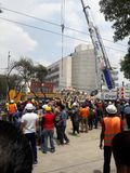 equipos de rescate que ayudan en el avenida Medellin durante el terremoto de Ciudad de México Fotografía de archivo
