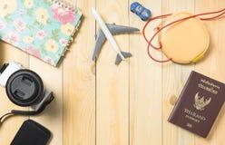Equipos del blogger del viaje en la tabla de madera Imagen de archivo libre de regalías