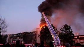 Equipos del bombero que luchan el fuego del complejo de apartamentos en la noche almacen de video