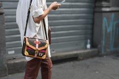 Equipos del estilo de la calle en Milan Fashion Week imagen de archivo libre de regalías