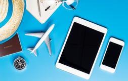 Equipos del viaje con la tableta y el teléfono en blanco Imágenes de archivo libres de regalías