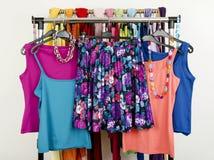 Equipos lindos del verano exhibidos en un estante Falda floral con los top sin mangass a juego Foto de archivo libre de regalías