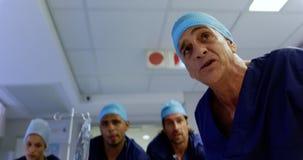 Equipos médicos que empujan la cama 4k de la emergencia metrajes