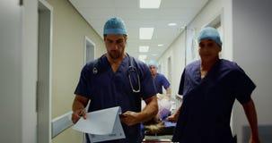 Equipos médicos que empujan la cama 4k de la emergencia almacen de video