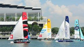 Equipos que compiten con en la serie navegante extrema Singapur 2013 Imagenes de archivo