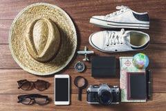 Equipos y accesorios del viajero en el fondo de madera, viaje Imagen de archivo libre de regalías