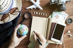 Equipos y accesorios del viajero en fondo de madera Imagen de archivo libre de regalías
