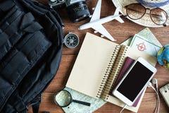 Equipos y accesorios del viajero en fondo de madera Fotos de archivo