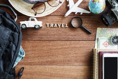 Equipos y accesorios del viajero en fondo de madera Fotografía de archivo