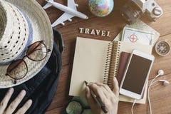 Equipos y accesorios del viajero en fondo de madera Foto de archivo libre de regalías