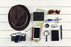 Equipos y accesorios del viajero en fondo de madera con el co Imágenes de archivo libres de regalías