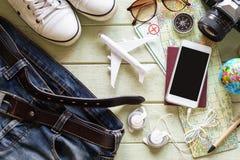 Equipos y accesorios del viajero en fondo verde Foto de archivo
