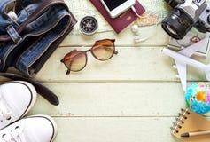 Equipos y accesorios del viajero en fondo verde Foto de archivo libre de regalías