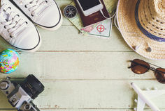 Equipos y accesorios del viajero en fondo verde Fotografía de archivo