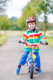 Equitação ativa bonito do rapaz pequeno na bicicleta Fotos de Stock