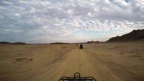 Equitação ATV através do deserto filme