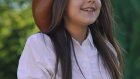 Equitação consideravelmente bonito da moça em um cavalo e em um sorriso amigáveis lentamente video estoque