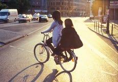 Equitação da bicicleta em Berlim Fotografia de Stock Royalty Free