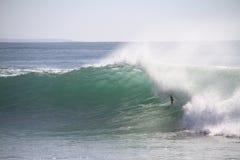 Equitação da câmara de ar do surfista Imagem de Stock