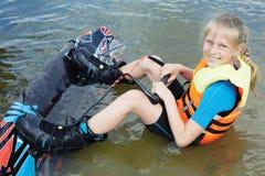 Equitação da criança de Sportin em um wakeboard no lago fotos de stock royalty free