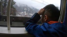 Equitação da criança no trem de Shinkansen que viaja à estância de esqui japonesa vídeos de arquivo