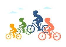 A equitação da família dos desenhos animados bikes bicicletas, silhuetas coloridas junto isoladas da ilustração do vetor do cicli ilustração stock