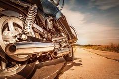 Equitação da menina do motociclista em uma motocicleta imagem de stock