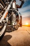 Equitação da menina do motociclista em uma motocicleta Foto de Stock