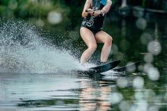 equitação da moça em esquis de água imagem de stock