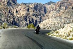 Equitação da motocicleta nas montanhas fotos de stock royalty free