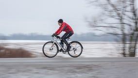 Equitação da mulher sua bicicleta panning foto de stock royalty free