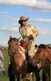 Equitação da parte traseira do cavalo da mulher, Mongólia. Imagem de Stock