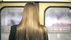 A equitação do adolescente da menina em um trem e obtém fora em filme