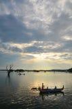 Equitação do barco em Amarapura, perto da ponte de U-bein foto de stock